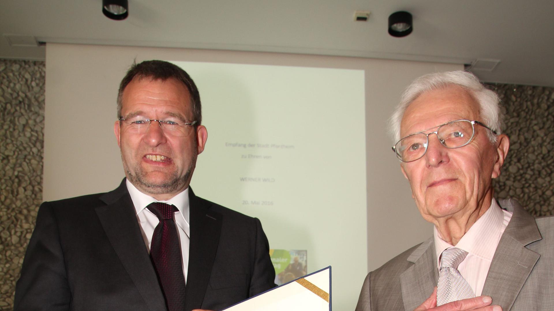 OB Gert Hager verleiht Ehrenring der Stadt an Werner Wild (rechts)