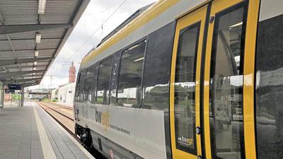Eine Regionalbahn von Abellio steht am Hauptbahnhof in Pforzheim. Von hier geht es jetzt einige Male am Tag weiter bis Karlsruhe. Eine Verbesserung, für die politisch hart gerungen wurde.