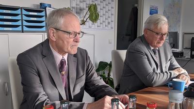 Direktmandat verloren: Bernd Grimmer muss sich im Wahlkreis Pforzheim den Grünen geschlagen geben. Der AfD-Landtagsabgeordnete verliert sein Direktmandat an Felix Herkens (Bündnis90/Die Grünen). Das Archivbild zeigt Grimmer mit Landtagsfraktionschef Bernd Gögel (rechts) in der Pforzheimer AfD-Geschäftsstelle.