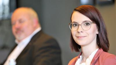 Stadträtin Annkathrin Wulff will für die Pforzheimer SPD in den Landtag. Links sitzt Ersatzbewerber Ralf Fuhrmann