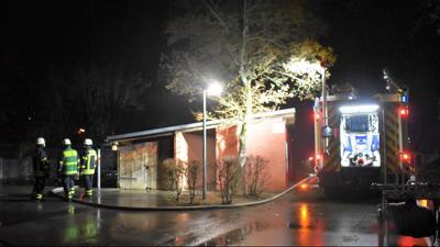 Feuerwehrleute an der Arlingerschule im Einsatz:  In der Nacht zum Freitag brannte auf dem Geländer der Pforzheimer Schule erneut ein Schuppen, der in den vergangenen Nächten mutmaßlich schon zweimal die Zielscheibe von Brandstiftung wurde.
