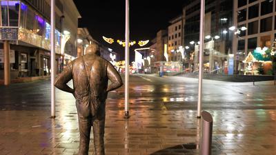 """Last Man Standing: """"Der Dicke"""" in der Pforzheimer Fußgängerzone steht am Samstagabend allein auf weiter Flur. In der Stadt gelten aufgrund hoher Corona-Infektionszahlen strenge nächtliche Ausgangsbeschränkungen."""