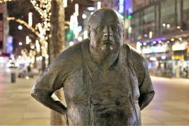 """Last Man Standing: """"Der Dicke"""" in der Pforzheimer Fußgängerzone steht am Samstagabend allein auf weiter Flur. In der Stadt gelten seit diesem Wochenende strenge Ausgangsbeschränkungen."""