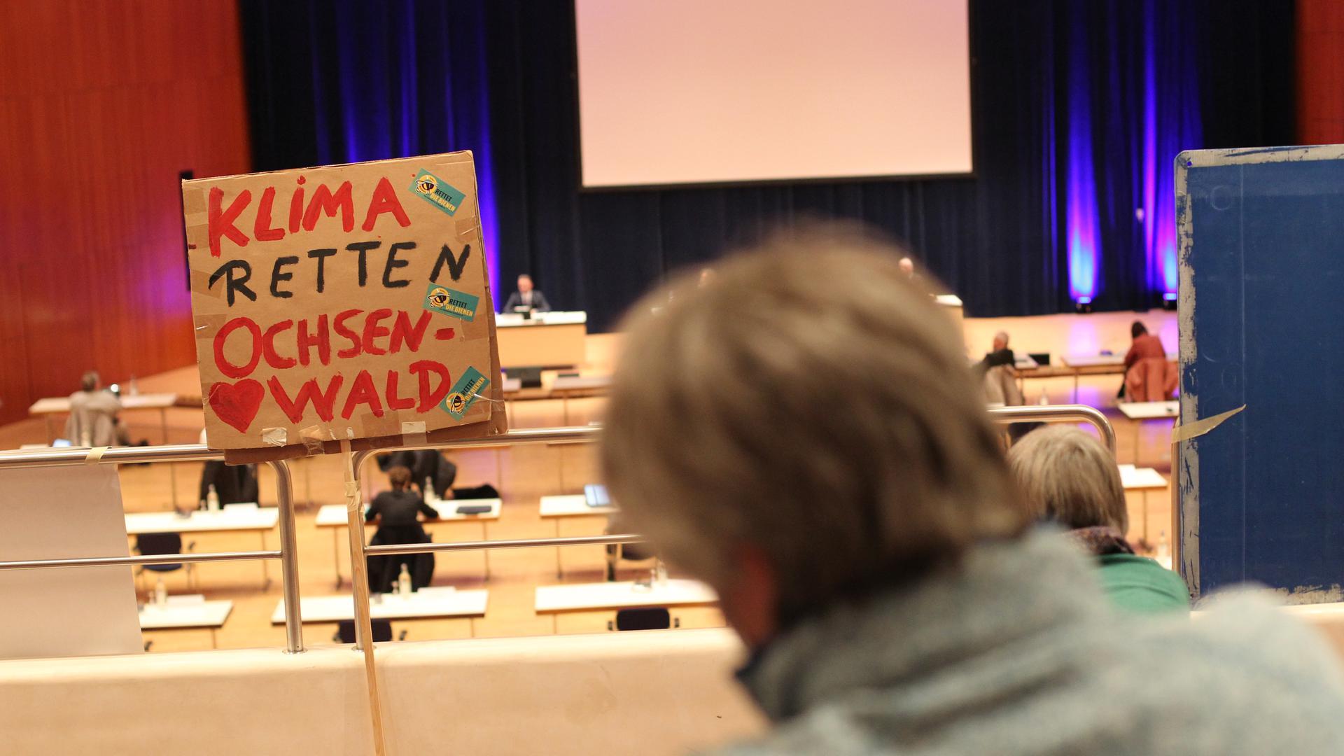Protest auf Abstand: Umweltschützer verfolgen die entscheidende Ausschusssitzung zur Gewerbeflächenplanung in Pforzheim am Donnerstag im Pforzheimer Congresscentrum.
