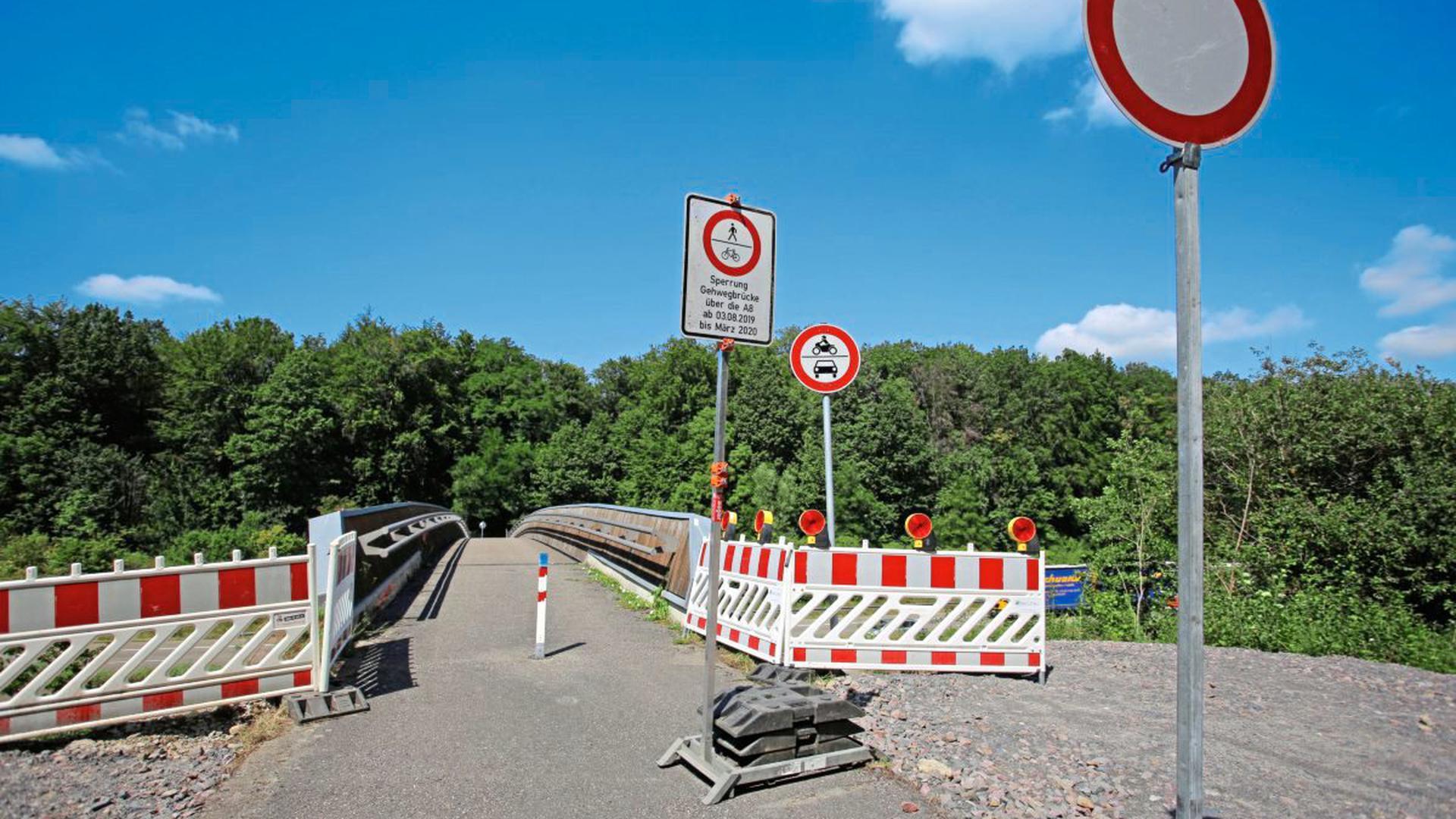 Schilder und Absperrungen weisen bereits auf den bevorstehenden Abriss der Brücke nahe der Anschlussstelle Pforzheim-West hin.