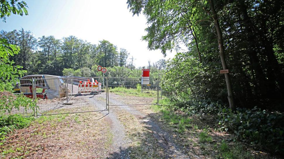 Auch von der Waldseite kommend ist die Geh- und Radwegbrücke bereits abgesperrt.