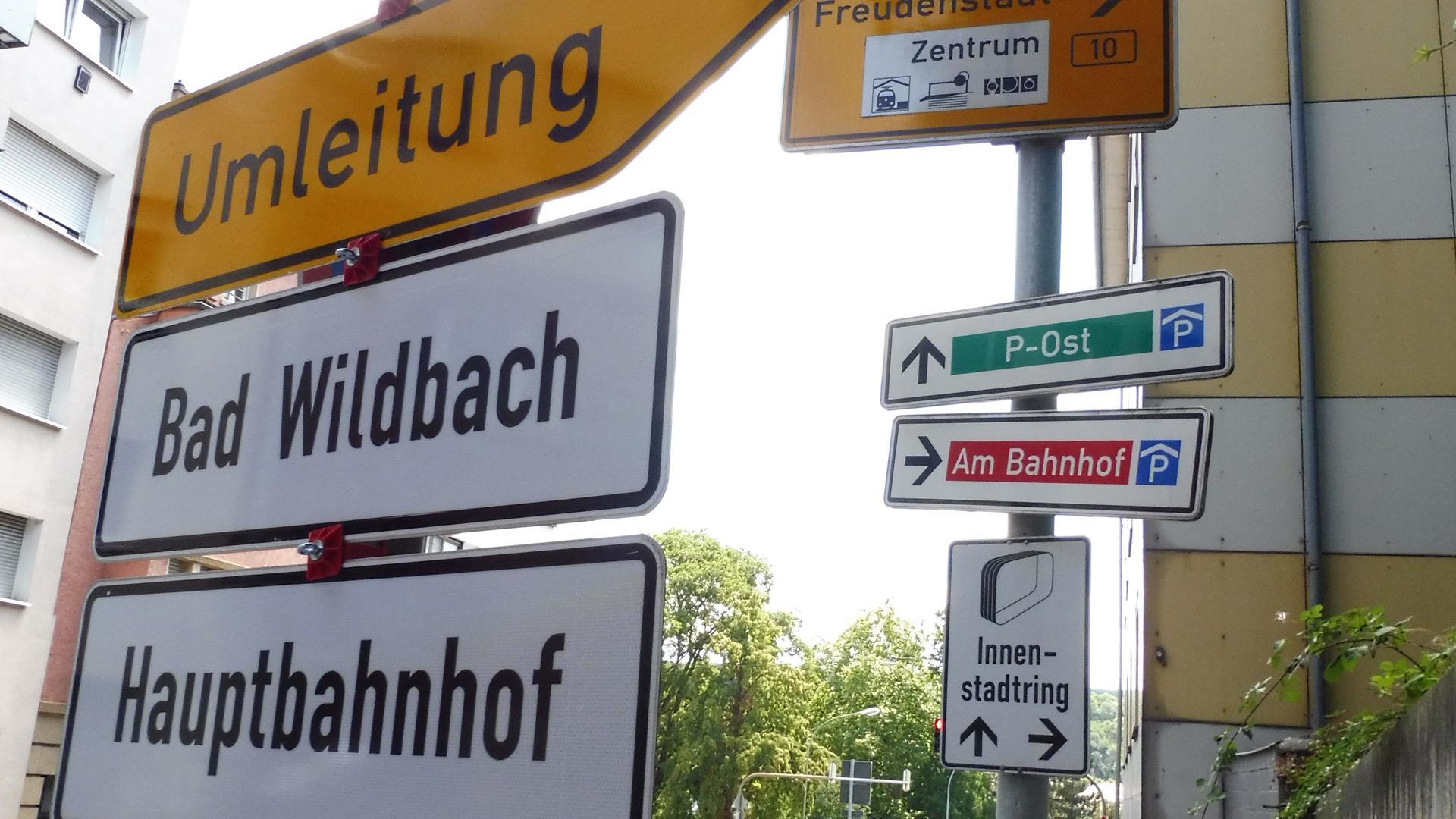 Bad oder Bach? In der Pforzheimer Oststadt irritiert ein Umleitungsschild derzeit die Autofahrer. Es ist nicht die erste Rechtschreibpanne auf Straßenschildern in der Goldstadt.