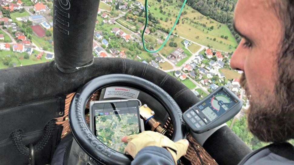 Beim Navigieren bedient sich Benjamin Fischer einer App, die ihm unter anderem Windrichtungen, -geschwindigkeiten und den aktuellen Kurs anzeigt.