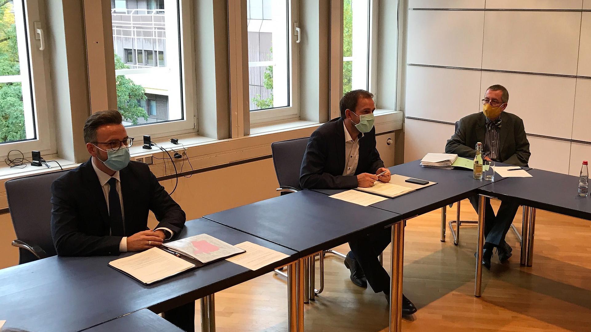 Drastische Maßnahmen: OB Peter Boch und Landrat Bastian Rosenau informieren am Freitag im Landratsamt in Pforzheim über neue Corona-Beschränkungen