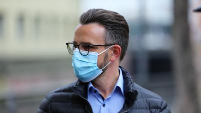 Pforzheims Oberbürgermeister Peter Boch am Mittwoch mit Maske in der Innenstadt.
