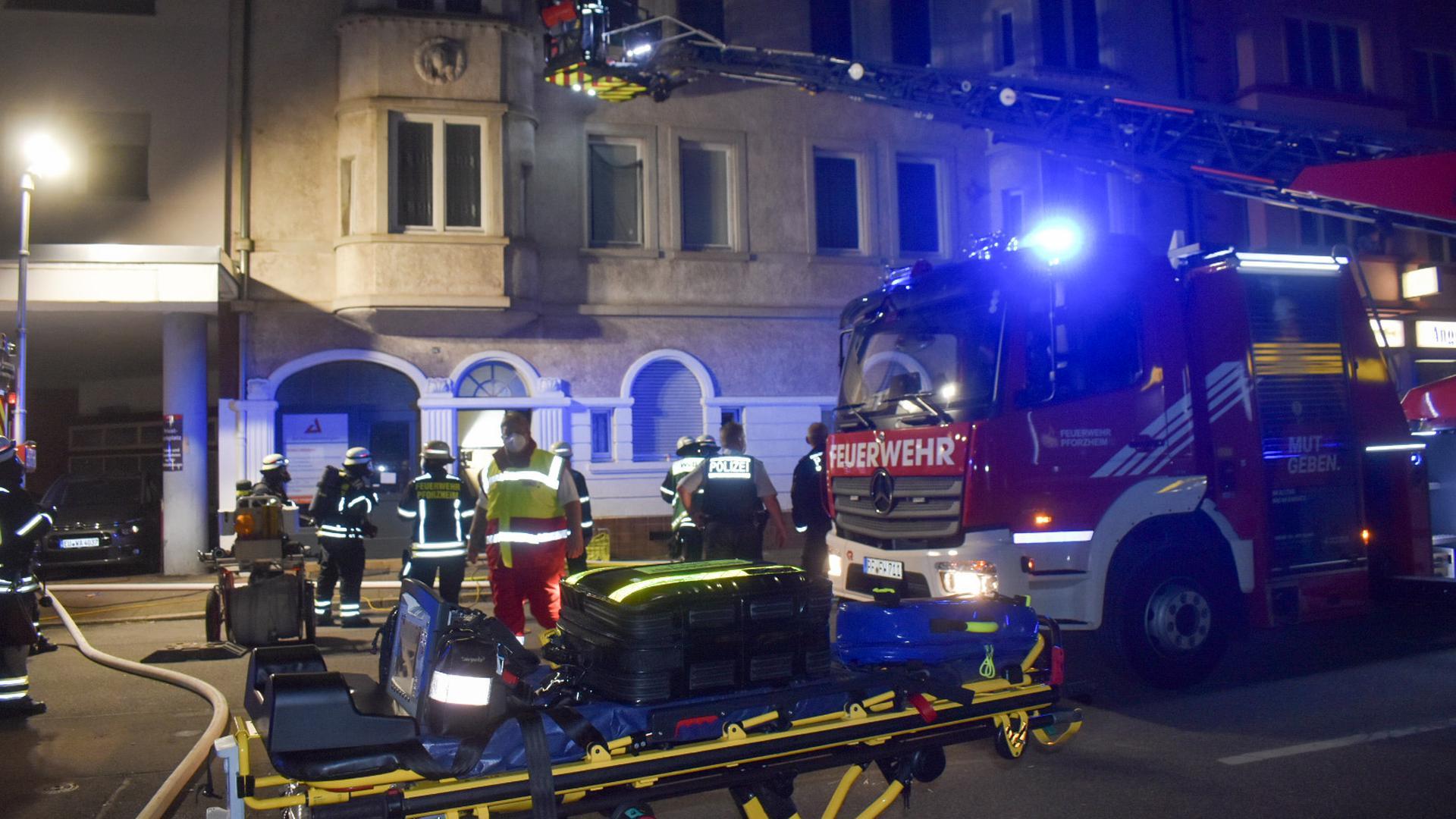 Rettung per Drehleiter: Etwa die Hälfte der Anwohner eines Wohnhauses in der Westlichen musste evakuiert werden. Einige von ihnen musste die Feuerwehr über die Fenster holen.