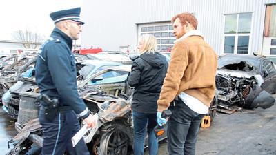 Am Tag nach dem Brand untersuchen Ermittler die Autowracks. Der Gesamtschaden beträgt mehrere hunderttausend Euro.