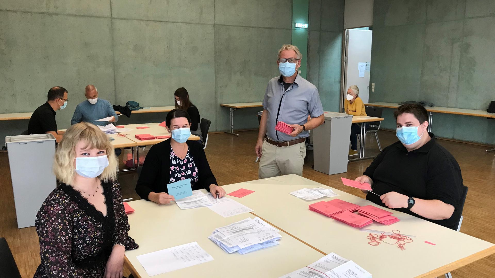 Remchingens stellvertretender Hauptamtsleiter Udo Stöckle (stehend) bringt Nachschub für die Helfer (von links:) Linda Wöhlke, Michaela Ungerer und Robin Leonhardt.