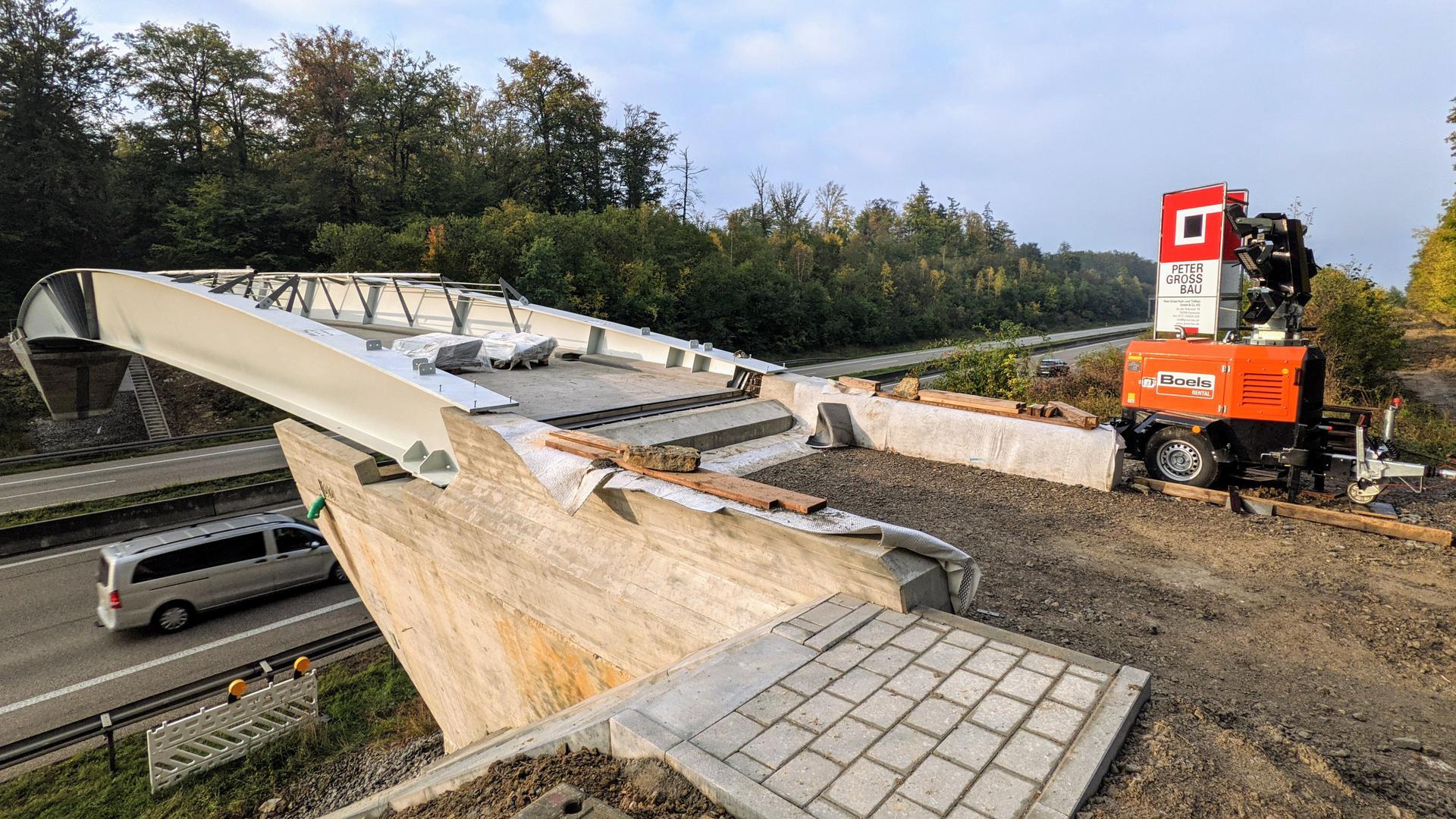 Die neue Geh- und Radwegbrücke über die A8 bei Pforzheim-West spannt sich im Rohbauzustand über die Atobahn und ist noch gesperrt.