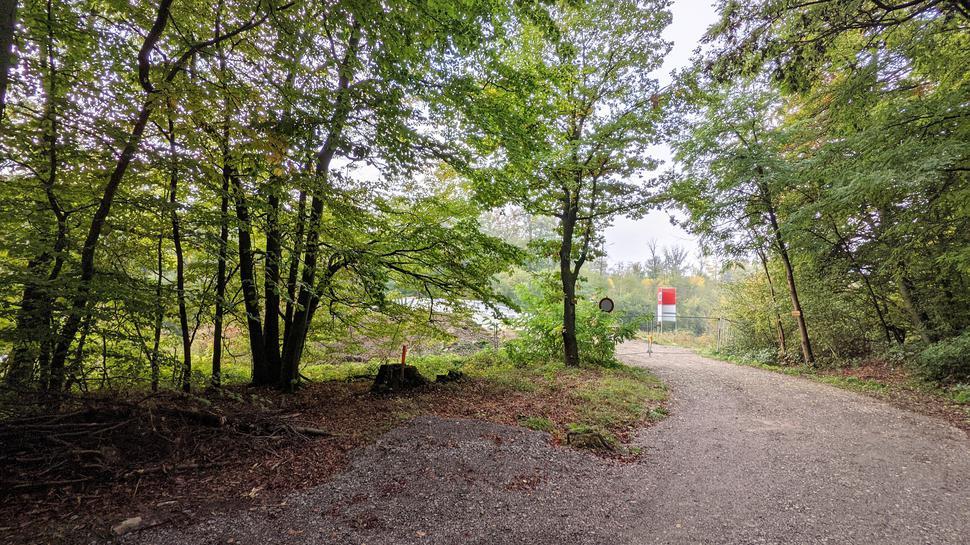 Waldweg: Noch gesperrt: Die Brücke muss noch fertig montiert werden und ist längts noch nicht freigegeben.
