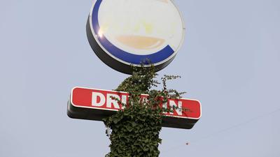 Efeu rankt sich am Drive-In-Schild der vor fünf Jahren abgebrannten Burger-King-Filiale in Pforzheim empor.