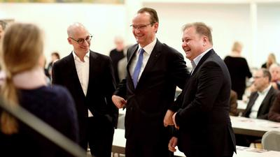 Gelöste Stimmung: Enzkreis-Kandidat Philippe Singer (links) bei seiner Nominierung mit dem CDU-Kreisvorsitzenden Gunther Krichbaum (Mitte) und seinem unterlegenen Mitbewerber Ferry Kohlmann.
