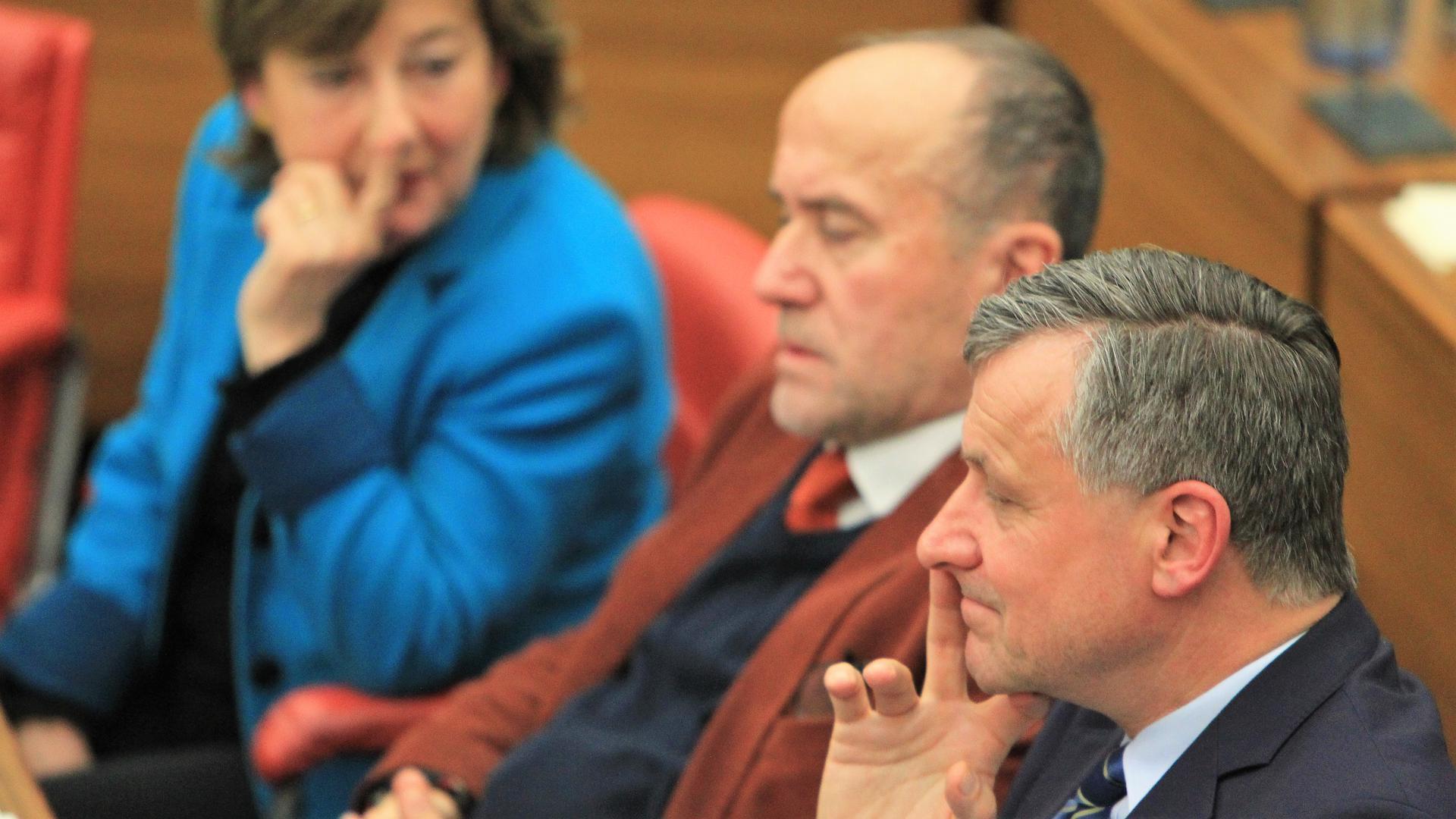 Ärger um Messer-Metapher: FDP-Stadrat Hans-Ulrich Rülke (vorne) mit CDU-Fraktionsvorsitzender Marianne Engeser und ihrem Stellvertreter Wolfgang Schick auf einem Archivbild im Pforzheimer Ratssaal.