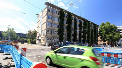 An der Kreuzung Deimlingstraße/Östliche Karl-Friedrich-Straße in Pforzheim laufen Vorarbeiten für das Projekt City-Ost, dem das Technische Rathaus weichen soll.