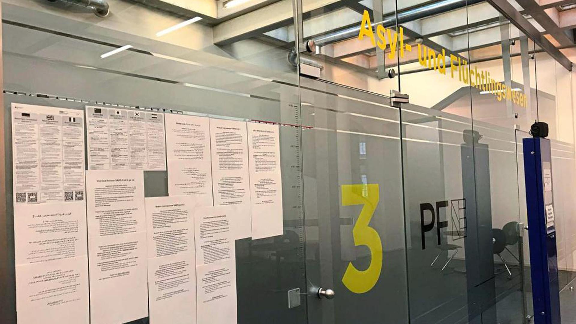 Hinweise in sieben Sprachen finden die Besucher vor den verschlossenen Türen des Amts für Asyl- und Flüchtlingswesen zum Umgang mit dem Coronavirus.