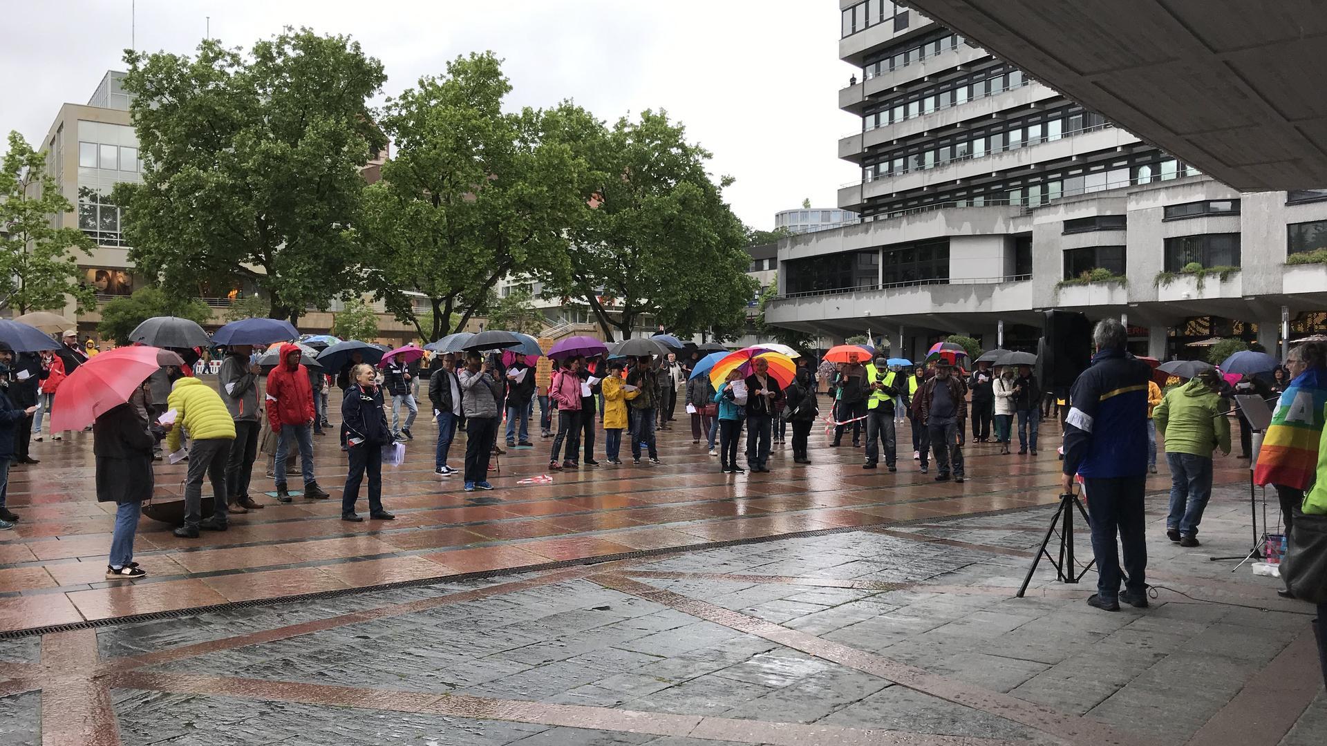 Demonstration im Regen: Gegen die Einschränkung ihrer Grundrechte aufgrund der von der Regierung verhängten Maßnahmen gegen die Corona-Pandemie protestierten am Samstagnachmittag rund 200 Teilnehmer der friedlichen Veranstaltung auf dem Marktplatz.