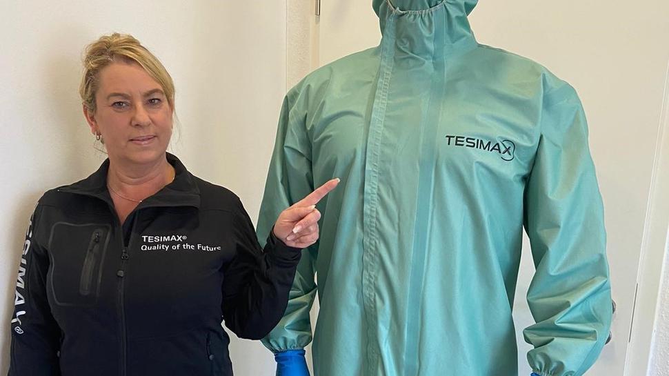 Einen Schutzanzug zum Waschen für den medizinischen Bereich präsentiert Sabine Egner von Steinegger Firma Tesimax.