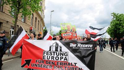 """""""Die Rechte"""" ist neben Karlsruhe auch in Pforzheim aktiv – hier bei einer Demonstration zur Europawahl am 11. Mai. Auf den Plakaten im Hintergrund ist die Holocaust-Leugnerin und Spitzenkandidatin Ursula Haverbeck zu sehen."""