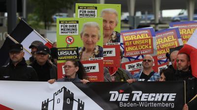 """Volksverhetzung? Auch bei dieser Kundgebung von """"Die Rechte"""" im Mai 2019 in Pforzheim wurden Wahlplakate gezeigt, die möglicherweise illegal waren."""