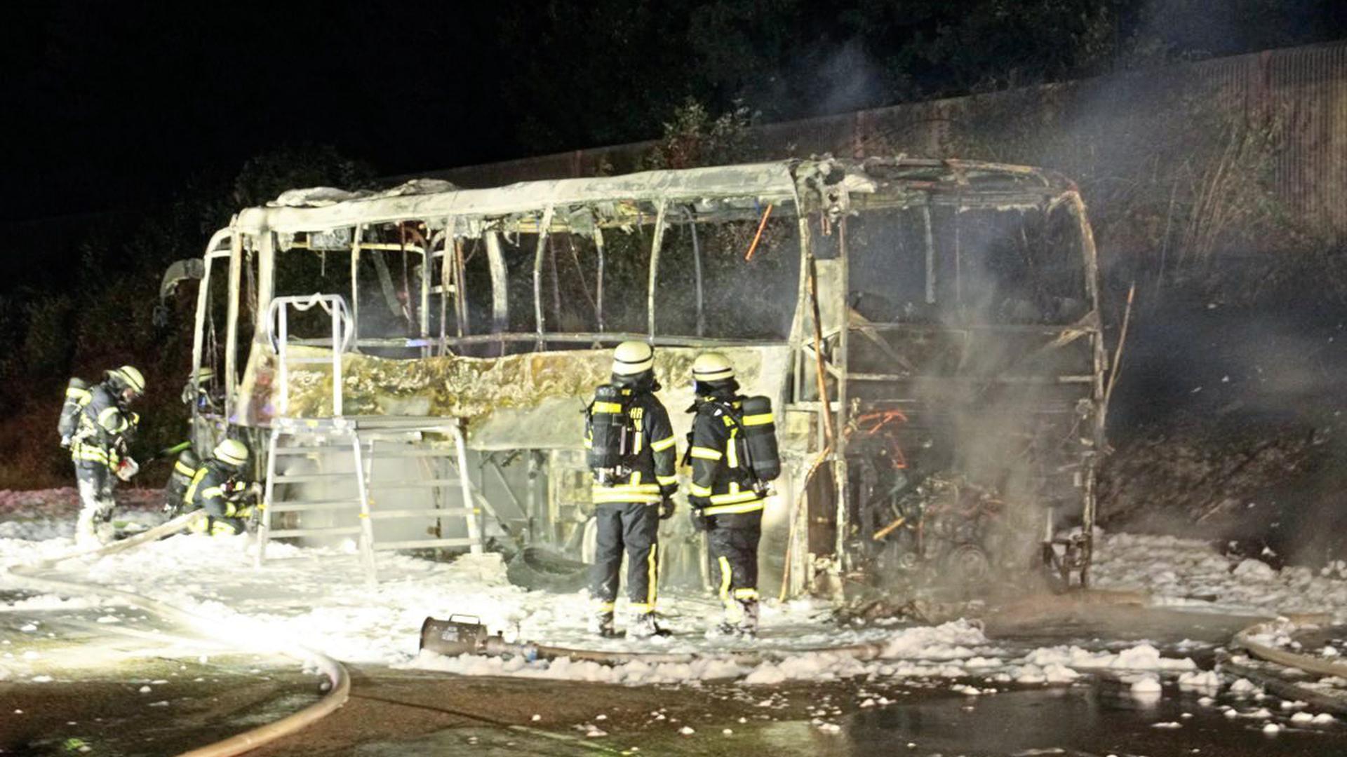 Da der Fahrer des Busses den Brand rechtzeitig bemerkte, blieben alle Fahrgäste unverletzt.