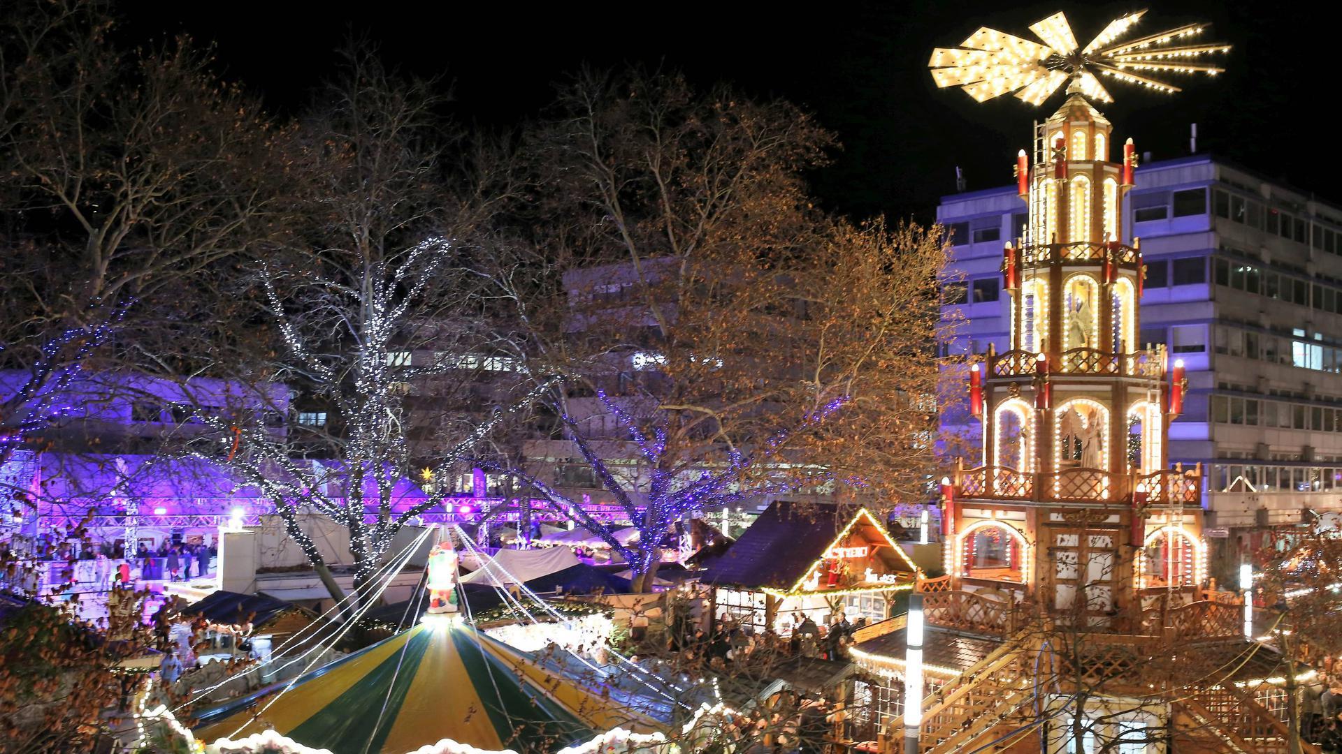 Blick auf die Engels Pyramide und die Weihnachtsmarkt-Stände auf dem Pforzheimer Marktplatz.