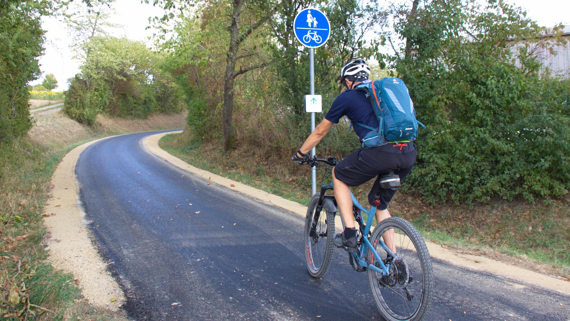 Ein Radler fährt auf dem neu asphaltierten Fußgänger- und Radweg von Birkenfeld und Pforzheim.