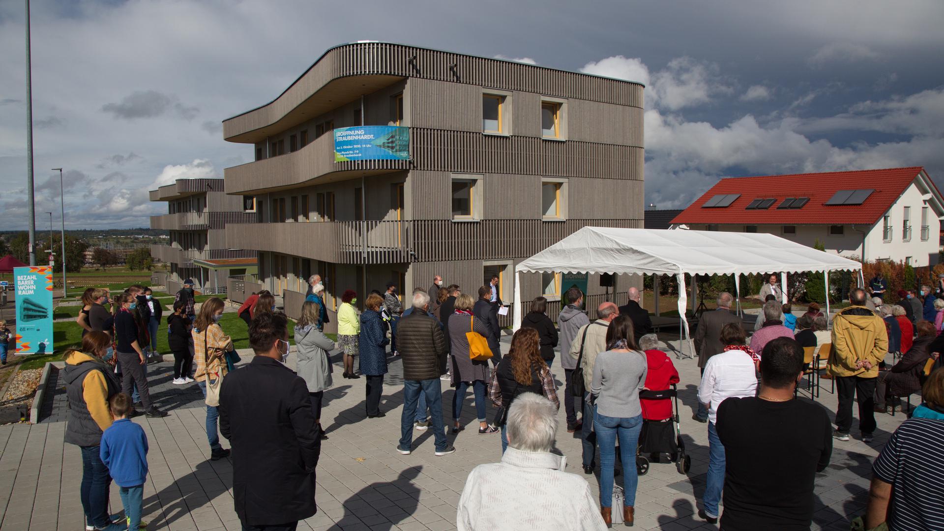 Neubau mit zahlreichen Gästen bei der Eröffnung