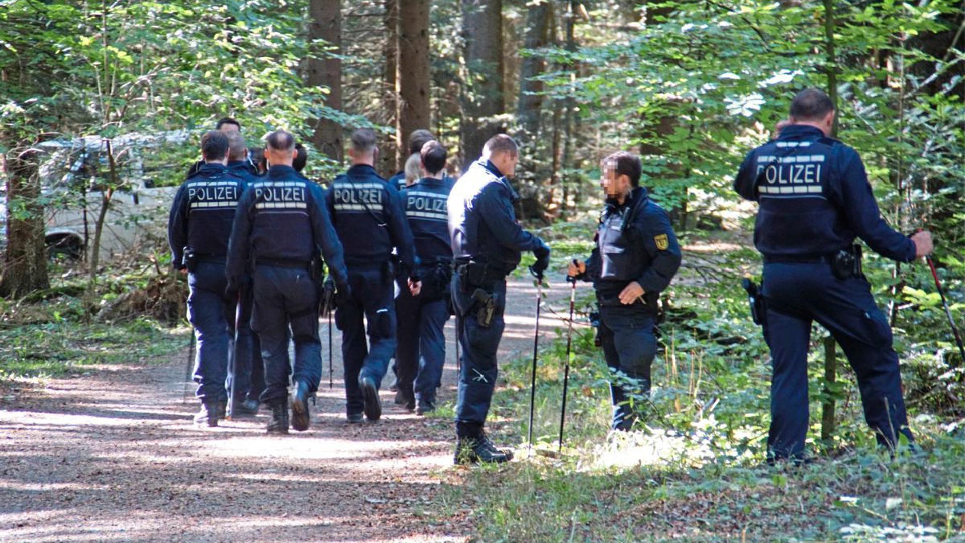 Neue Erkenntnisse über die Täter erhoffte sich die Polizei am Donnerstag bei der Suche nach Hinweisen am Fundort des Leichnams im Hagenschießwald. 25 Beamte durchkämmten das Waldstück.