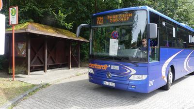Ein Regionalbus der Linie 721 hält an der noch aktuellen Haltestelle beim SRH-Klinikum Langensteinbach.