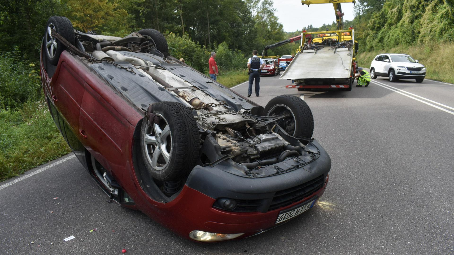 Überholmanöver endet auf dem Dach: Ein Autofahrer überschlug sich mit seinem Wagen, nachdem er versucht hatte, einen Pkw zu überholen. Der Fahrer verletzte sich nach ersten Angaben beim Unfall leicht.