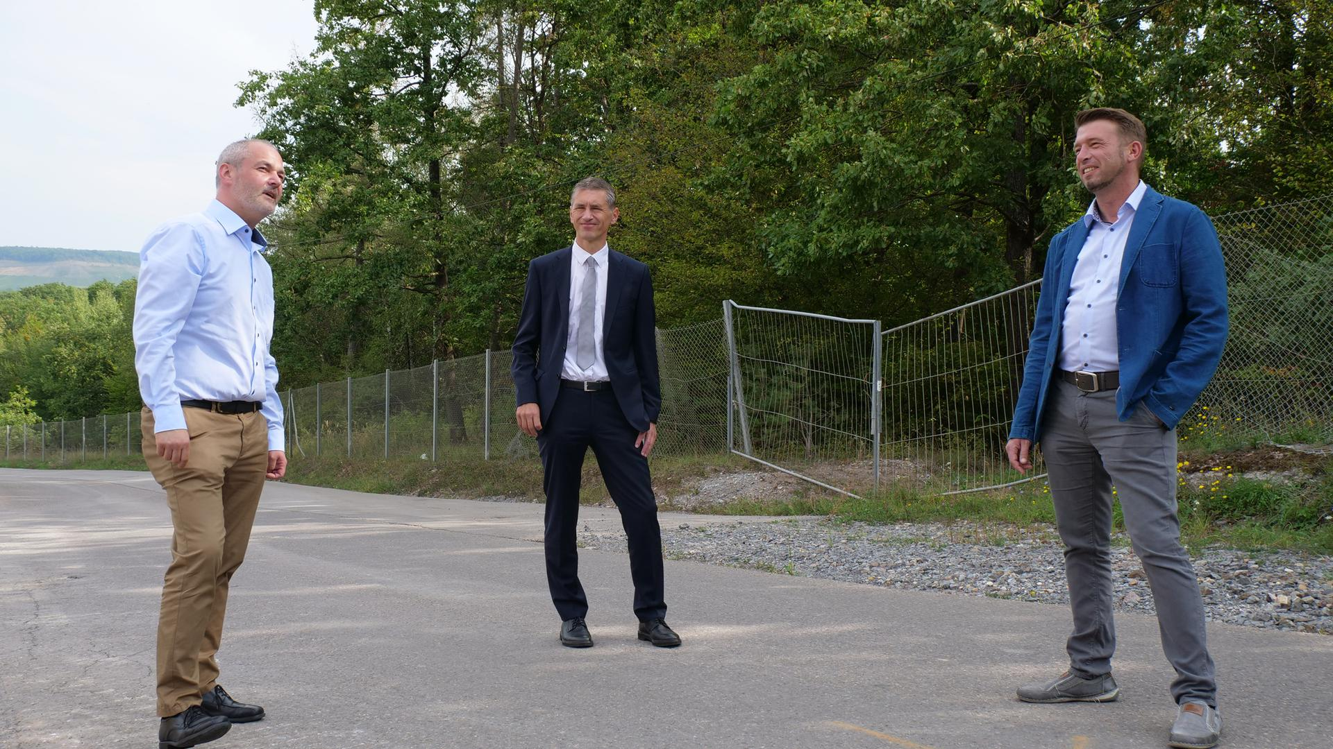 Alexander Pfeiffer (Abteilungsleiter Abfallwirtschaft Pforzheim), sowie die HFG-Geschäftsführer Frank Stephan und Tobias Mertenskötter (von links) begutachten die Stelle, an der die Erweiterung geplant ist