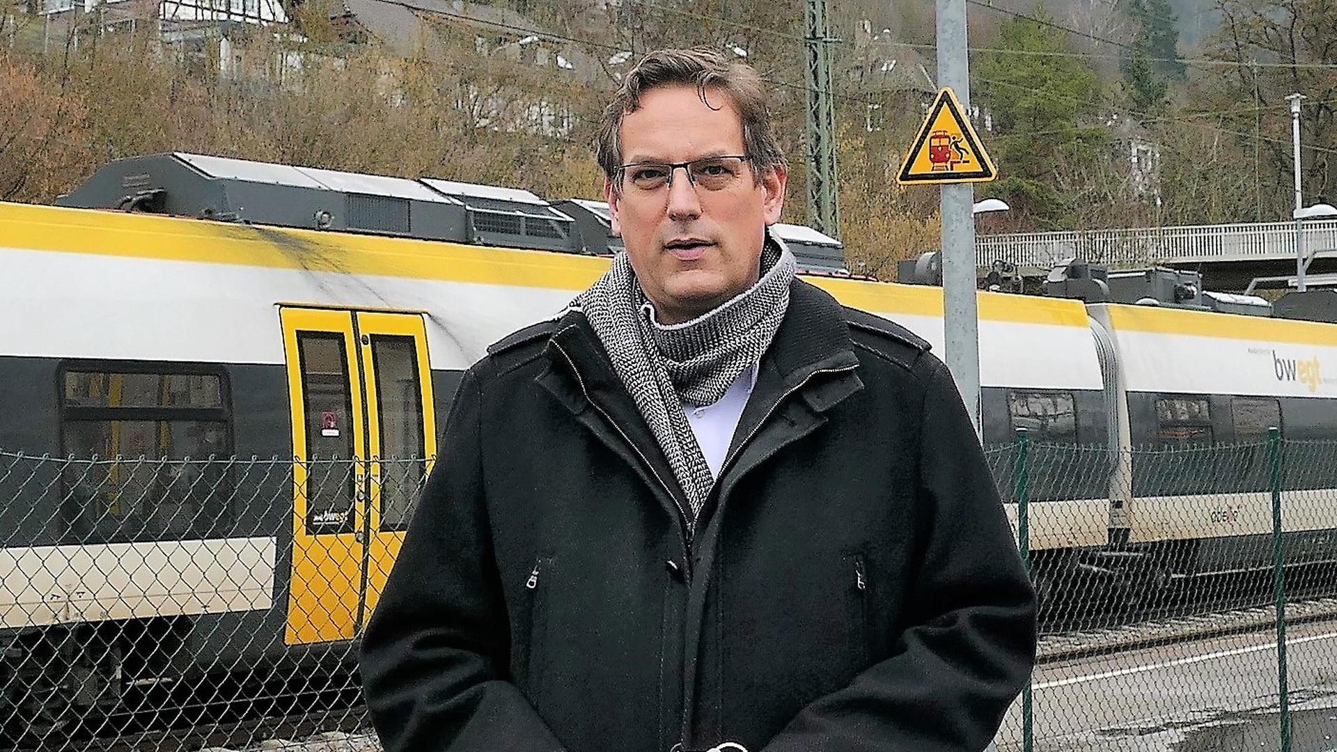Erik Schweickert hat für die Residenzbahn eine Qualitätsoffensive gestartet – hier am Bahnhof Niefern.