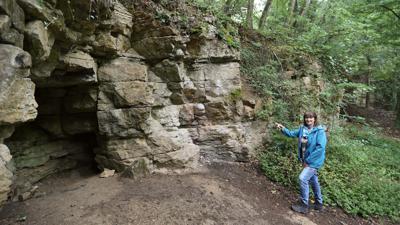 """Geheimnisvolle Felsformation: Leserin Susanne Waldhauer wollte genau wissen, was es mit der """"Räuberhöhle"""" auf sich hat."""