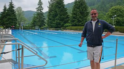 Mann vor Schwimmbecken