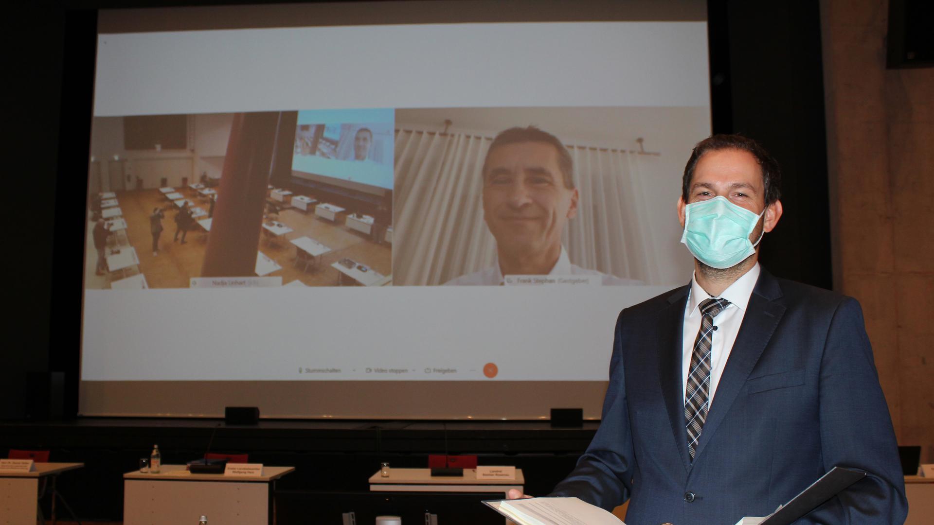 Landrat Bastian Rosenau bei der Etat-Vorstellung in der Novembersitzung in der Remchinger Kulturhalle.