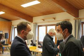 Meinungsaustausch am Rande der Bürgermeisterwahl: Helge Viehweg (links) hat die Wiederwahl am vergangenen Sonntag in Straubenhardt erfolgreich geschafft. Das will auch Steffen Bochinger. Der Kelterner Bürgermeister tritt bei der Wahl am 4. Juli wieder an.