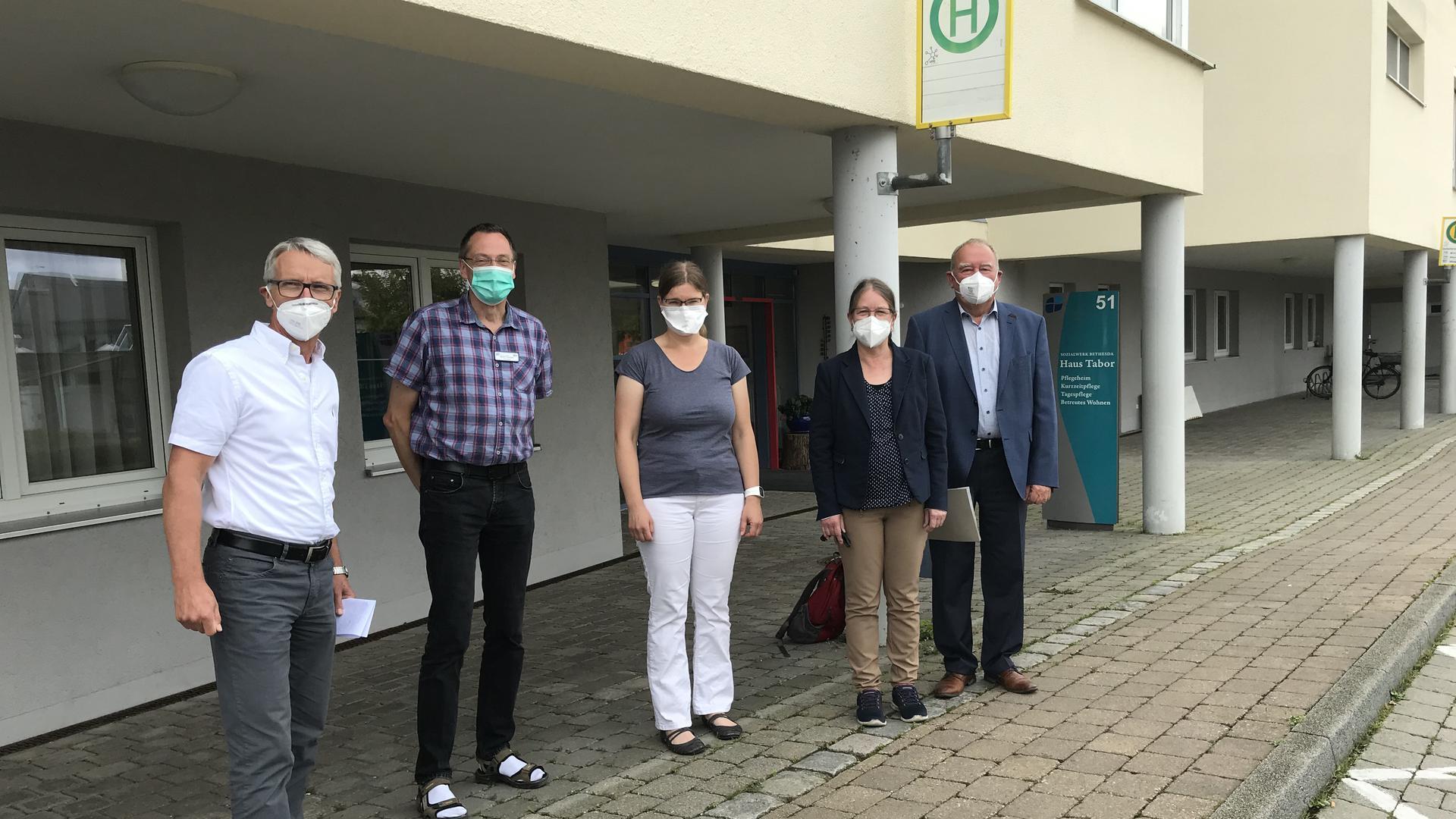 Endstation Covid: Till Neugbauer (von links), Martin Gnoyke, Christine Gorgs, Angelika Edwards und Fritz Becker riefen am Ort großen Corona-Leids zu Impfungen auf.
