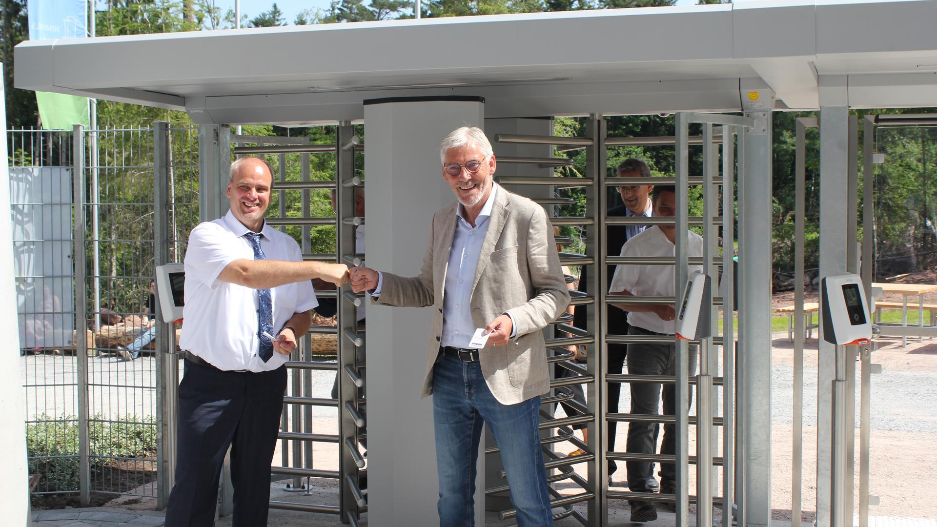Prominente Gäste: Der Schömberger Bürgermeister Matthias Leyn und der Calwer Landrat Helmut Riegger am Eingang des frisch eingeweihten Aussichtsturms.
