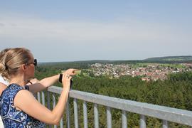 """Panoramausblick: Auf der obersten Plattform des 55 Meter hohen Aussichtsturm """"Himmelsglück"""" liegt einem nicht nur Schömberg zu Füßen - bei guter Sicht sieht man sogar den Stuttgarter Fernsehturm und den Baumwipfelpfad in Bad Wildbad."""