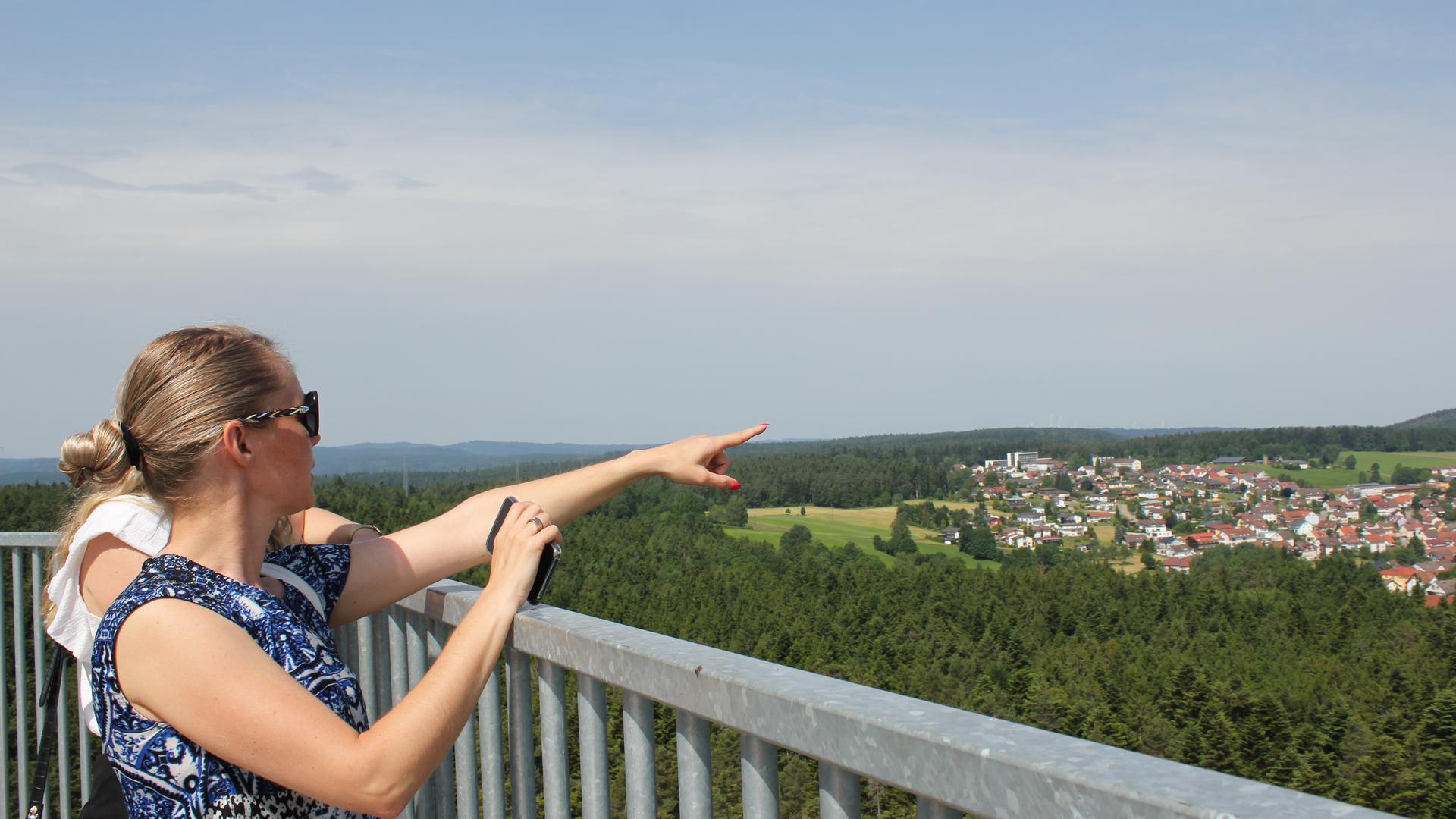 """Schöne Aussichten: Viele Besucher haben auf dem neuen Schömberger Aussichtsturm """"Himmelsglück"""" den Blick in die Ferne schweifen lassen. Der Turm soll im Frühjahr um zwei weitere Attraktionen erweitert werden."""