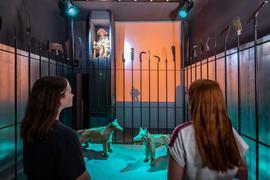"""Zwei jugendliche Besucherinnen in der Dauerausstellung """"Das kalte Herz"""" im Schloss Neuenbürg."""