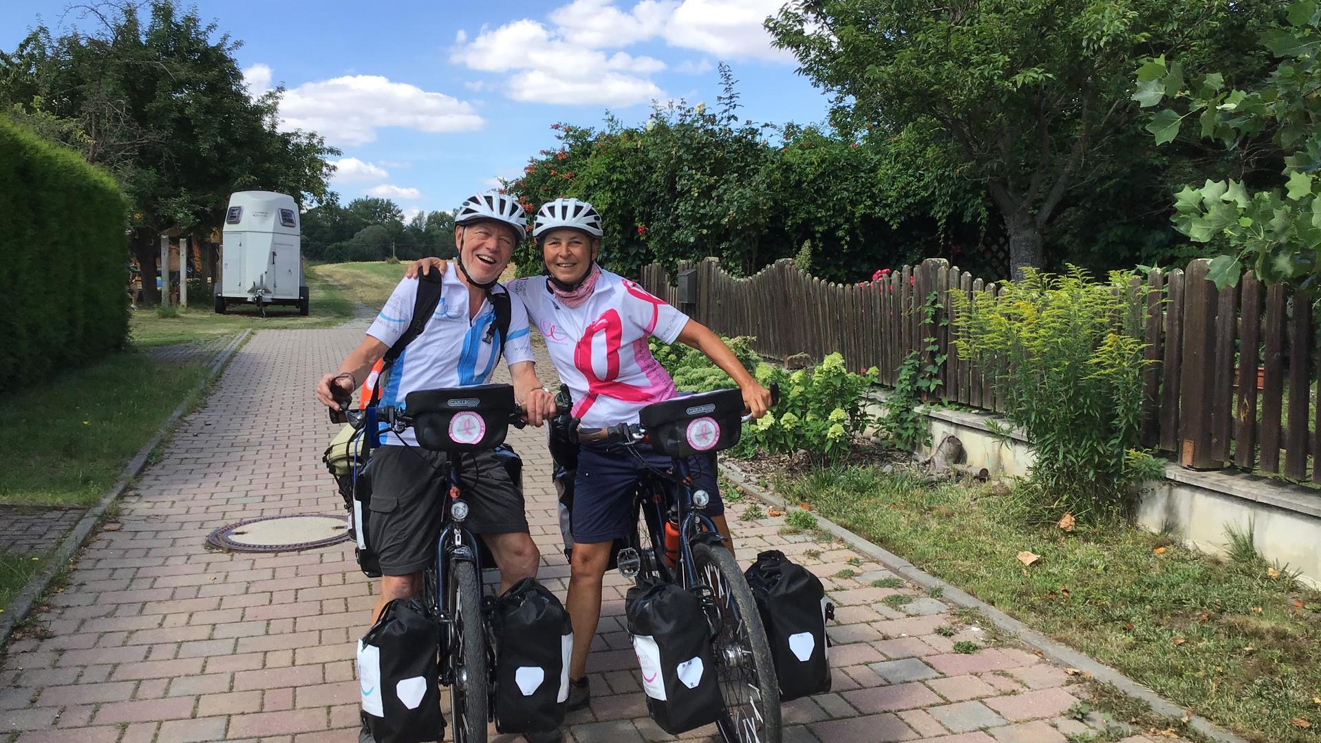 Reinhard und Doris Kappes gut gelaunt unterwegs mit dem Fahrrad.