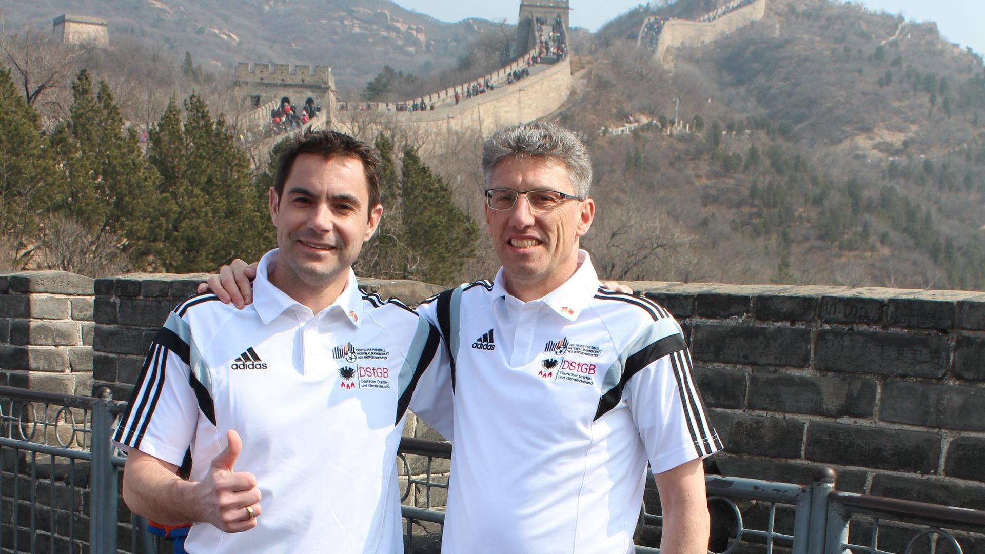 Konzentrieren sich auf 2022: Die beiden Mitglieder der Deutschen Fußballnationalmannschaft der Bürgermeister, Steffen Bochinger (links) und Carsten Lachenauer (hier bei einer China-Reise 2017) planen nach einem weiteren Jahr voller Spiel-Absagen für 2022 und 2023.