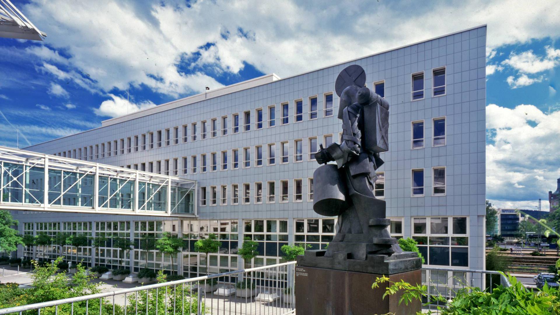 Die Fassade des Landratsamts Enzkreis, vorne eine Skulptur