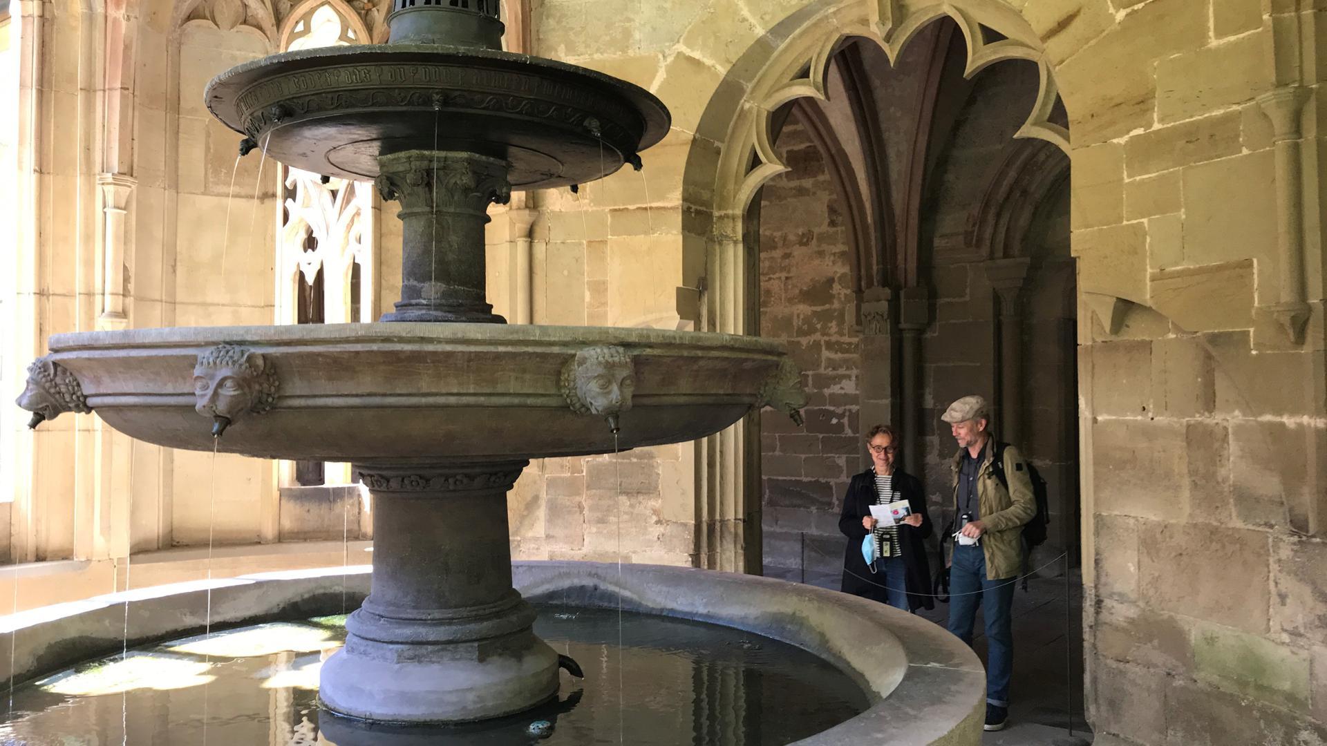 Mann und Frau bei Brunnen